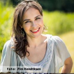Interview met zangeres Anne Chris, voor de interviewserie De platenkast van. Foto voor het etalageblokje: Pim Hendriksen.
