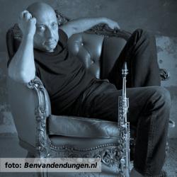 Ben van den Dungen gezeten op stoel met sopraansaxofoon. Foto als illustratie bij het interview voor De platenkast van.