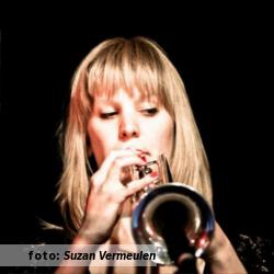Interview met Cyrelle Failé, trompettiste, actrice en theatermaakster. Etalageblokje voor De platenkast van. Foto door Suzan Vermeulen.