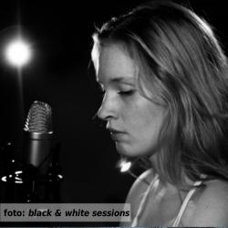 Etalageblokje voor De platenkast van Marjolein van der Heide - interview over en met muziek. Foto Marjolein van der Heide door Black & White Sessions.
