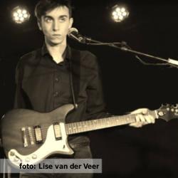 De platenkast van Marnix Vinkenborg - interview over en met muziek. Foto van Marnix Vinkenborg voor etalageblokje. Geschoten door Lisa van der Veer.