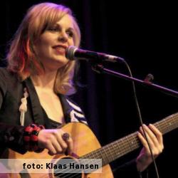 Etalageblokje voor het interview met zangeres en gitariste Martine Bond, foto beschikbaar gestelddoor Klaas Hansen.