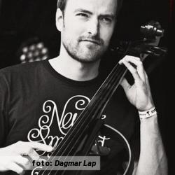 Pieter Perquin, ofwel Perquisite, spelend op de elektrische cello, tijdens een optreden van Perquisite en Kris Berry, foto van Perquisite geschoten door fotografe Dagmar Lap.