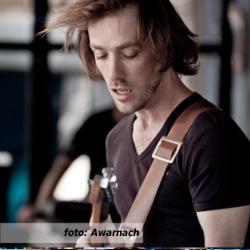 """Etalageblokje voor 'De platenkast van Timber Povee, een podcast-interview met gitarist-zanger Timber Povee"""". Foto door Awarnach."""