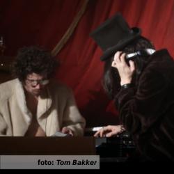 Etalageblokje voor de editie van De platenkast van met Frank van Kasteren en Wilko Sterke van Circus Treurdier: een interview over en met muziek. Beeld is afkomstig uit de aflevering 'Seksualiteit' van Treurteevee van Circus Treurdier, waar Wilko Sterke n Frank van Kasteren ook in Het Eeuwige Nachtcafé de twee muzikanten zijn.