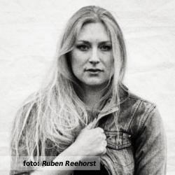 Interview met Yori Swart voor De platenkast van (2012). Foto voor het etalageblokje door Ruben Reehorst.