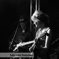 Etalageblokje voor De platenkast van Amber Kamminga - interview over en met muziek. Foto van Amber Kamminga live door Lars Kooijman.