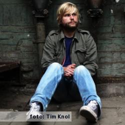 Het etalageblokje voor dit interview met awkward i, Djurre de Haan. Op de gevoelige plaat gezet door zanger en fotograaf Tim Knol.