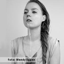 Etalageblokje voor De platenkast van Fenneke Schouten, interview over en met muziek. Foto van Fenneke Schouten door Wendy Eggen.