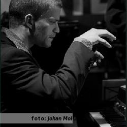 Daan Herweg achter de piano, als versiersel voor het interview met Daan Herweg. Foto door Johan Mol.