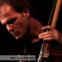 Etalageblokje voor De platenkast van Nico Druijf - interview over en met muziek. Nico Druijf tijdens een liveoptreden met The Oldtime Stringband. Foto door Hans Huisman.