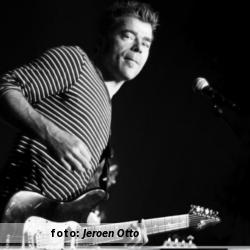 De platenkast van Niels de Wit, interview over en met muziek. Foto van Niels de Wit tijdens optreden Uncontrollable Urgh geschoten door Jeroen Otto.