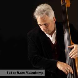 Interview met bassist Remus Aussen, bij De platenkast van. Fotografie door Hans Molenkamp.