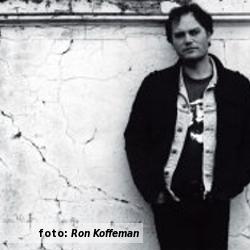 Etalageblokje De platenkast van Ruben Hoeke van de Ruben Hoeke Band, interview over en met muziek. Foto door Ron Koffeman.