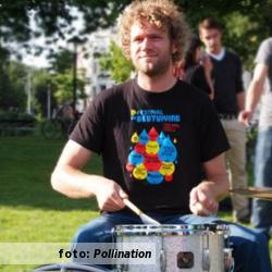 Etalageblokje voor De platenkast van Simon Flim (Independant Intaveshan), interview over en met muziek. Foto: Pollination
